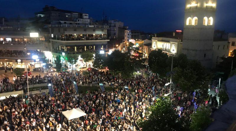 Χαμός στην Πλατεία Κοζάνης με τους Πάνο Κατσιμίχα και Βασίλη Καζούλη να τραγουδούν γνωστές τους επιτυχίες (φωτογραφίες & Βίντεο).